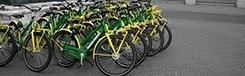 Uit de auto en op de groen-gele stadsfiets